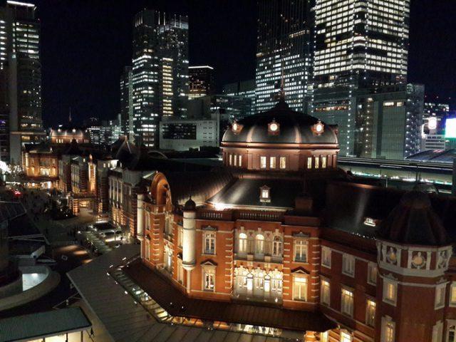 KITTE頂樓的空中花園,東京車站丸之內站舍美景盡收眼底。 | 林氏璧和美狐團三狐的小天地
