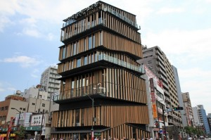 [新名所] 建築大師隈研吾設計的「淺草文化觀光中心」八樓展望台,看東京天空樹和淺草寺的絕佳角度 | 林氏璧和美狐團三狐的小天地